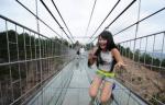 В Китае возвели подвесной мост из стекла