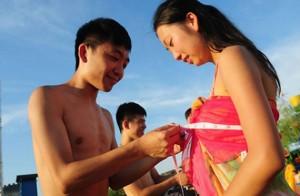 30 000 китайцев стали участниками группового свидания, где мужчины измеряли объем груди своих потенциальных спутниц