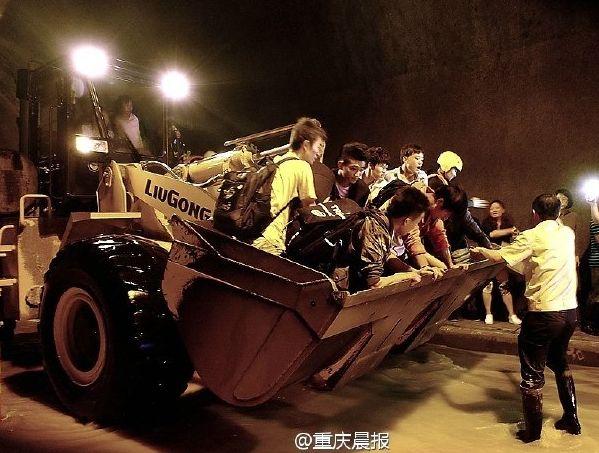 десятки человек остаются заблокированными в железнодорожном тоннеле
