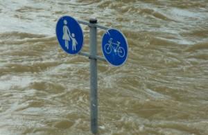 Горный паводок в провинции Шэньси унес автомобили, есть пострадавшие