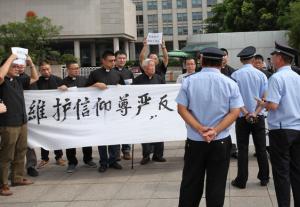 88-летний католический епископ возглавил протестную акцию против сноса крестов
