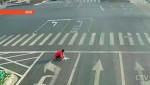Чтобы избавить город от пробок, китаец своими руками поменял разметку