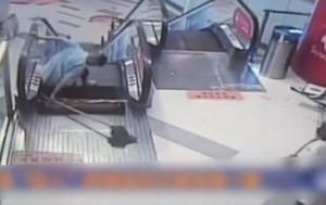Эскалатор в Китае «засосал» ногу уборщика