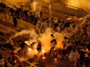 Гонконгских протестующих разогнали перцовым газом