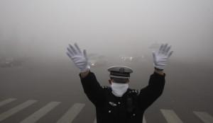 Из-за смога на северо-востоке Китая парализовано движение транспорта