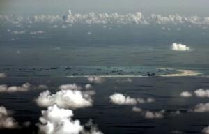 КНР возводит аэродром на спорных островах в Южно-Китайском море