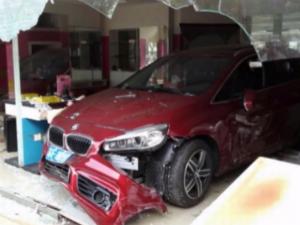 Как не нужно разворачиваться китаянка на своем BMW врезалась в салон красоты