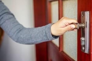 Как устранить скрип дверей