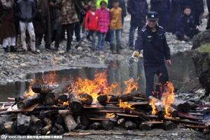 Китайская полиция сожгла около 3400 единиц незаконного оружия