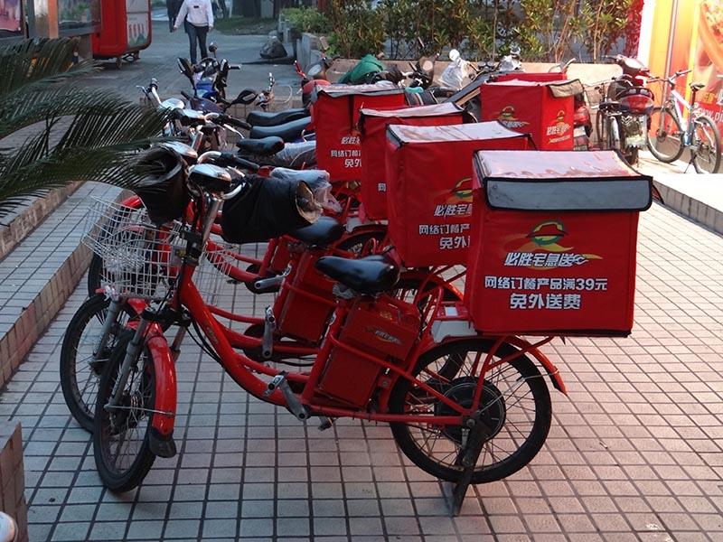 Китайские курьеры на электровелосипедах
