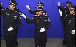Китайские полицейские станцевали на площади