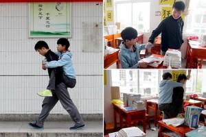 Китайский школьник около 3 лет носит своего друга в школу