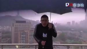 Китайского ведущего во время эфира ударила молния