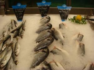 Китайцы стоят в очереди за рыбой и конфетами из Приморья