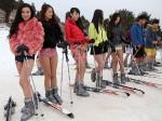 Китаянки на лыжах присоединились к всемирному флешмобу No Pants, что означает «без штанов»