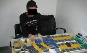 Контрабандист из Китая пытался нелегальным путем перевезти сотню айфонов, приклеив их по всему телу