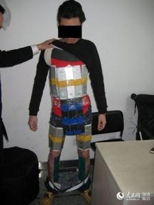 Контрабандист из Китая пытался нелегальным путем перевезти сотню айфонов, приклеив их по всему телу2