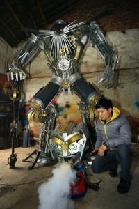 Крестьяне в Китае из деталей старых автомобилей собирают огромных трансформеров2