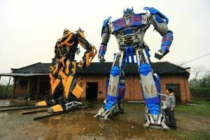 Крестьяне в Китае из деталей старых автомобилей собирают огромных трансформеров4