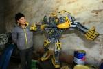 Крестьяне в Китае из деталей старых автомобилей собирают огромных трансформеров