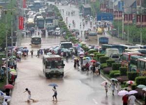 Люди, живущие возле реки Янцзы, страдают от проливных дождей