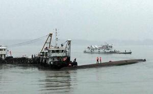 На затонувшем судне в Китае слышны крики пассажиров