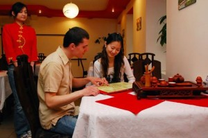 Один из ресторанов Китая кормит своих красивых посетителей бесплатно