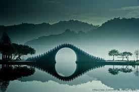 Потрясающий изгиб лунного моста Нефритового пояса в Китае