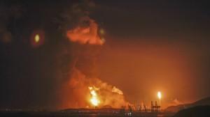 Пожар, вспыхнувший на химическом заводе, не утихает второй день