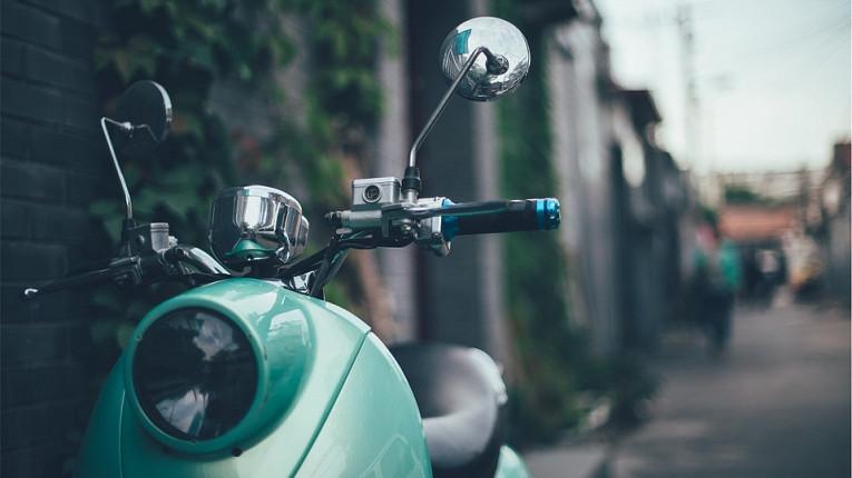 Прохожие в Китае были шокированы скутером-призраком
