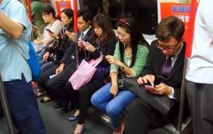 Ролик с китаянкой, у которой «умер» смартфон озадачил пользователей Интернет