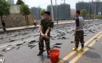 Рыбное место: одна из дорог в Китае усеялась живой рыбой