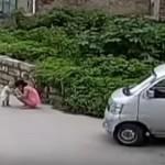 Совместными усилиями китайцы спасли попавшего под автомобиль ребенка