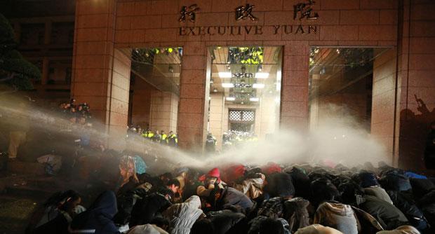 Руководитель тайваньской администрации, Ма Инцзю, пригласил протестующих к диалогу