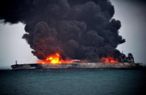 В Гонконге горел танкер