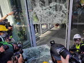 В Гонконге протестующие ворвались в здание Заксовета