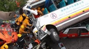 В КНР один из пассажирских автобусов упал в реку, в результате чего погибло два пассажира