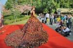 В КНР создали платье исключительно из осенних листьев