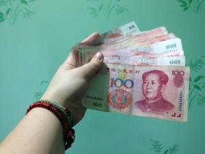 В Китае девушка оставила в кафе 2 миллиона юаней, которые ей заплатил парень за расставание