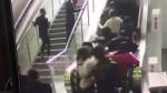 В Китае эскалатор, на котором было много людей, поехал в обратную сторону
