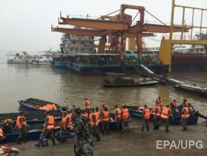 В Китае из тонувшего корабля драйверы достали погибших
