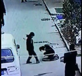В Китае мальчик бросил в люк петарду и взлетел на воздух