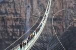 В Китае открылся самый длинный в мире подвесной мост из стекла