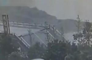 В Китае под мотоциклистом обрушился мост