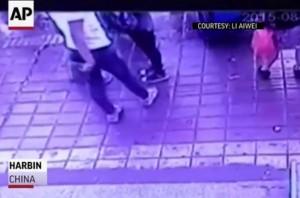 В Китае под землю ушла автобусная остановка с людьми