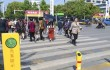 В Китае прохожих учат соблюдать правила ПДД оригинальным способом