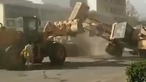 В Китае рабочие сражались на бульдозерах