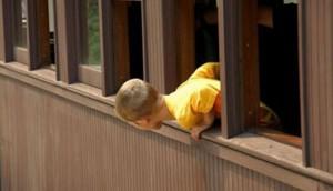 В Китае шестилетняя девочка упала с 26-го этажа и выжила