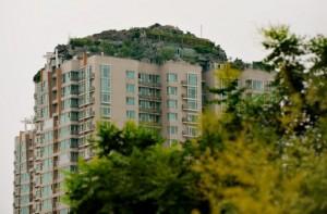 В Китае собираются снести искусственную гору на крыше одного из многоэтажных зданий