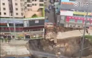 В Китае станция метро провалилась в воронку, есть погибшие